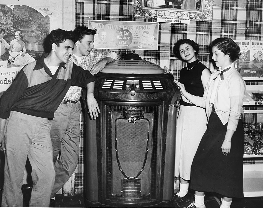 Cleveland Ohio music history / teenagers listening to hit records on the jukebox, April 1, 1953